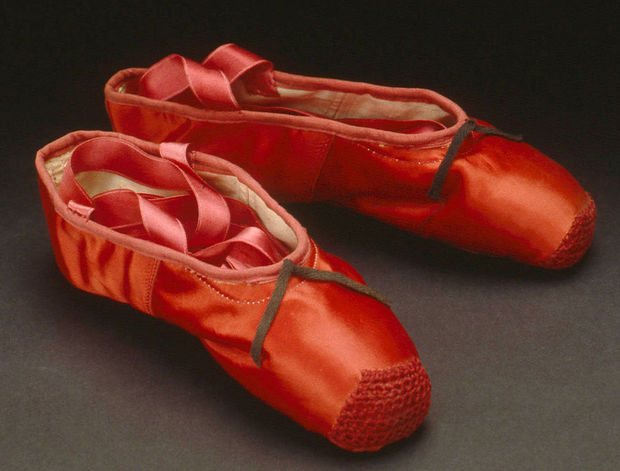Los zapatos de ballet que llevó Moira Shearer en la película The Red Shoes (1948), elaborados por Freed en Londres.