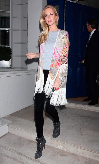 Poncho + camiseta + jeans: Aquí se cubre con uno de los hits del otoño, el poncho. Un modelo estampado con detalle de flecos acapara el protagonismo del look junto con sus botines glitter con cordones.