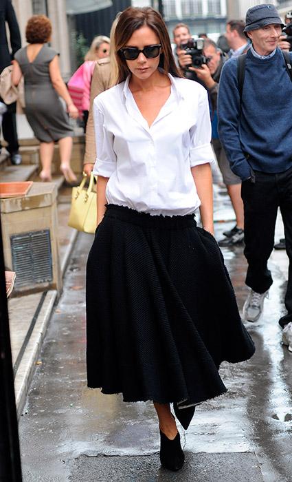 Camisa + falda midi: Este look adapta los botines a un estilo lady chic además, con cierto aire masculino. Todo un acierto.