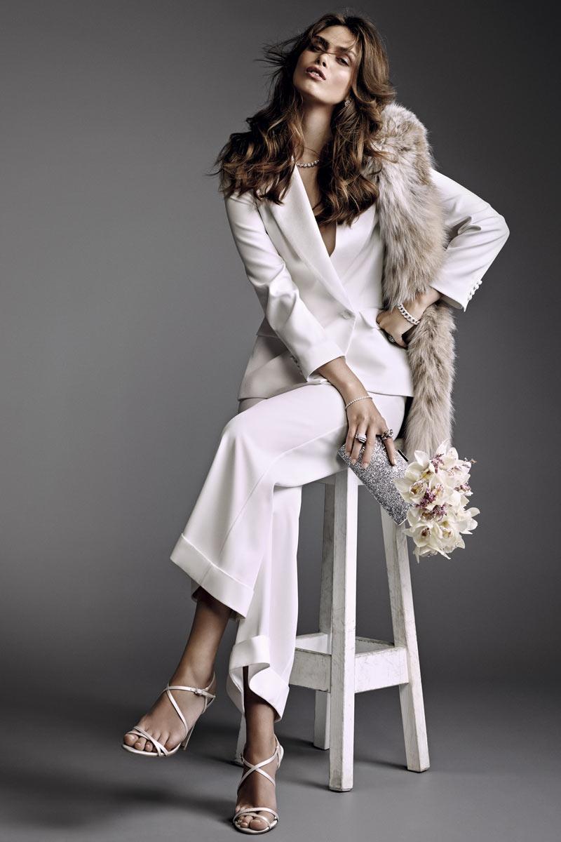 Una americana cruzada y pantalón sastre de crepé de seda, de Beatriz de la Cámara, para una novia de actitud sexy y cosmopolita.