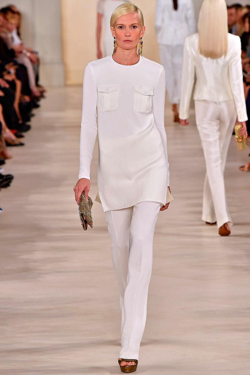Colocar un mini vestido de inspiración safari sobre unos pantalones es una manera de obtener un espléndido look para una inspiración africana.