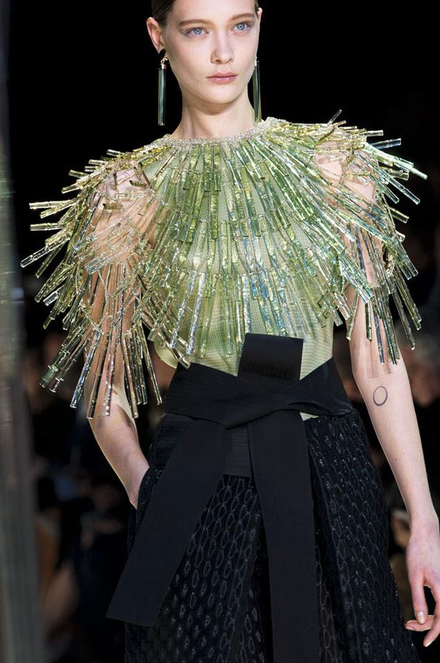 Pieza de la última colección de Armani Privé con la que el diseñador celebra sus diez años en la alta costura.