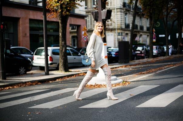 Botas altas más vestido/jersey: sí, siempre es una buena idea. Elena Perminova lo hace y se rinde al beige para dejar que toda la intención del look recaiga en esas infinitas over-the-knee boots de ante.