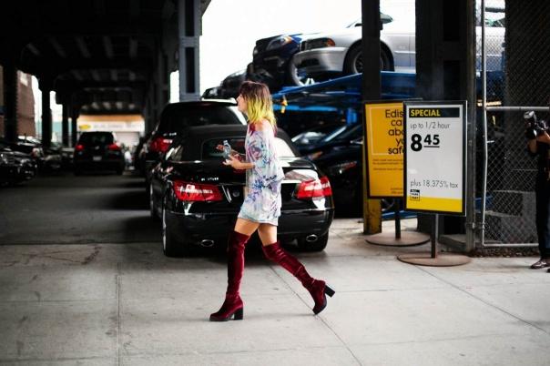 De terciopelo más camiseta tie dye: hay quién piensa que las botas altas solo pueden ser sexies, pero esa afirmación no es en absoluto cierta. Las botas altas, como casi todas las prendas del mundo, son capaces de adaptarse al medio, sea cual sea, incluido el grunge. En terciopelo burdeos (el color y el tejido oficiales del movimiento) y con una camiseta californiana, las botas altas se convierten en la manera más inspiradora – y también la más sexy– de reeditar los 90´s.