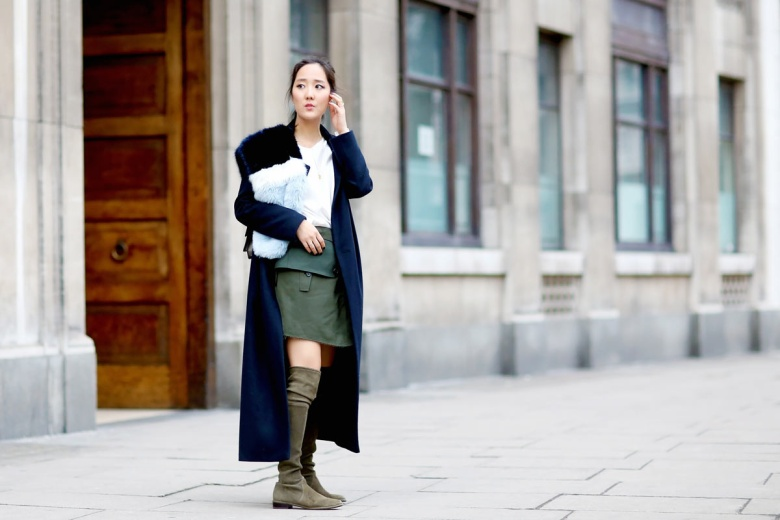 Con un abrigo largo, muy largo: en la moda las proporciones importan. De ahí que el juego visual que producen unas botas altas con un abrigo largo sea de lo más evocador, además de restar obviedad al look.