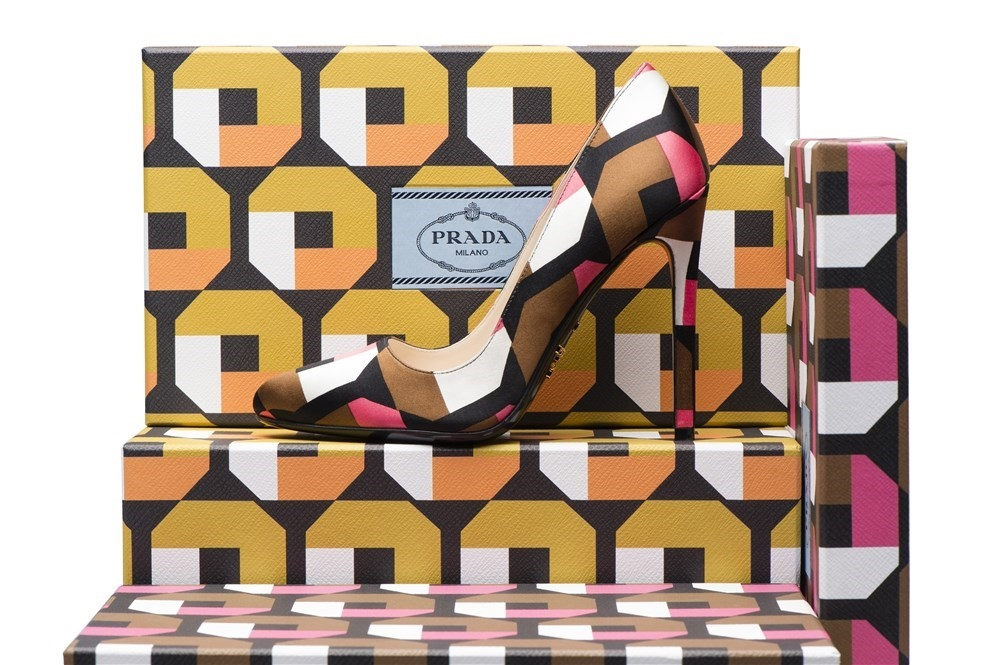 Los estampados icónicos de Prada (octágono, lirio y tulipán) están disponibles en charol estampado Saffiano y en raso duchesse para los zapatos que escoja la clienta.