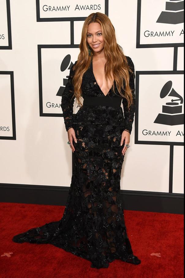 Beyoncé –también conocida como Queen B– es otra de las reinas del show bussines que apuestan por este tipo de fajas para lucir así de espectacular delante de los flashes. Sin duda una gran ayuda para poder llevar vestidos así de ceñidos evitando cualquier imprevisto.