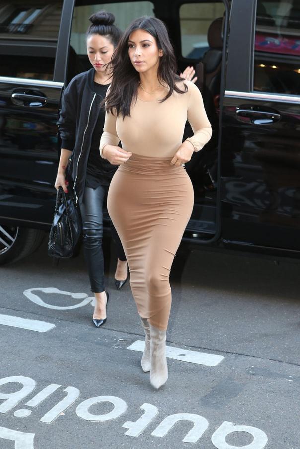 La mediana de las Kardashian se ha hecho famosa por lucir y presumir de sus curvas. Dietas, corsés de entrenamiento y tratamientos de estética han hecho de su cuerpo su negocio. Un aliado infalible para llevar sus ceñidos looks es su faja moldeadora.