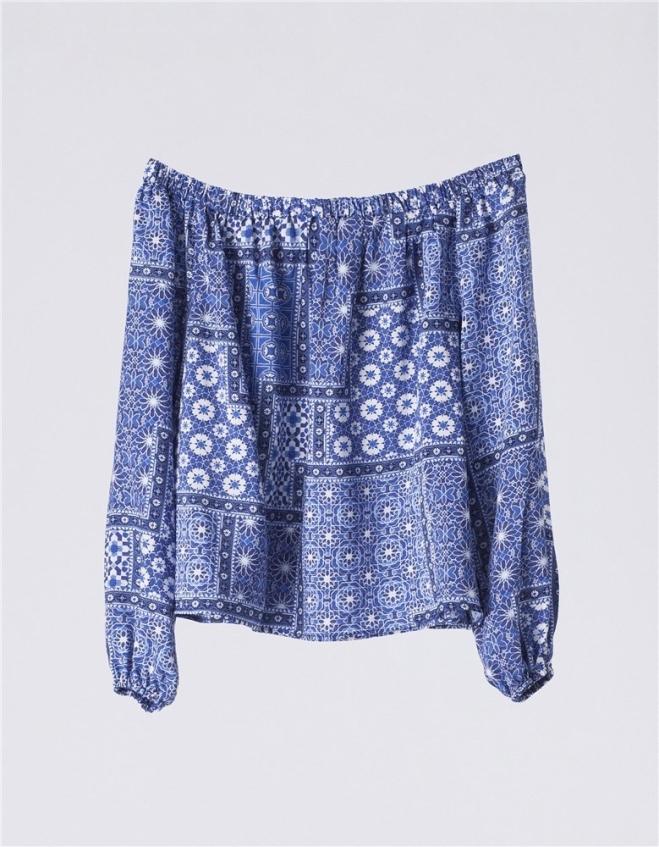 Blusón de escote bardot con estampado en tonos azules, de Suiteblanco