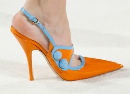 miu-miu-pumps-naranja-y-azul